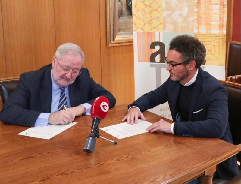 El President d'Alcoi Industrial,EnriqueMasiá, i el d'ACETEX, José Martínez, en el moment de la signatura del conveni.