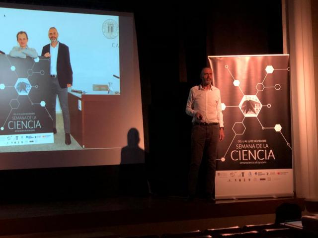 Juan Ignacio Torregrosa durant la seua conferència en Banyeres.