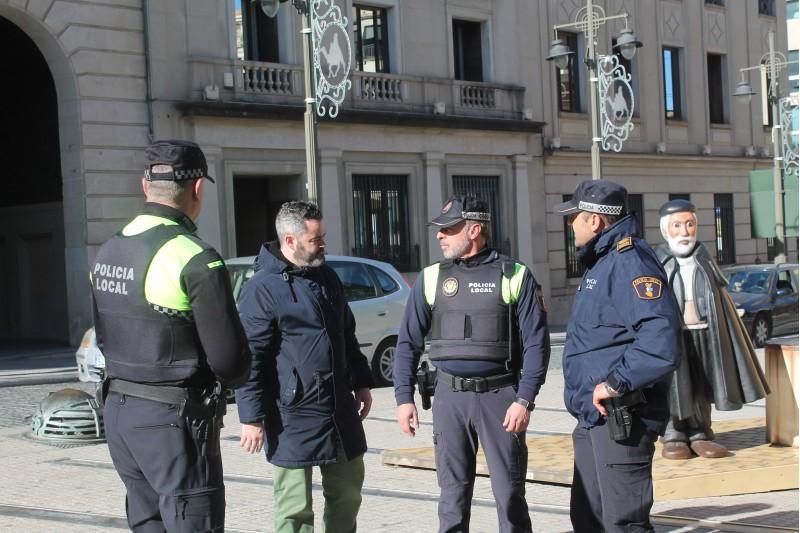 El regidor Raül Llopis parla amb membres de la policia local.