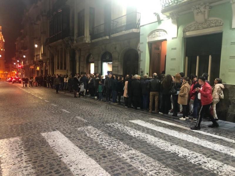 Gent esperant per entrar al Círculo / Filà Creuats
