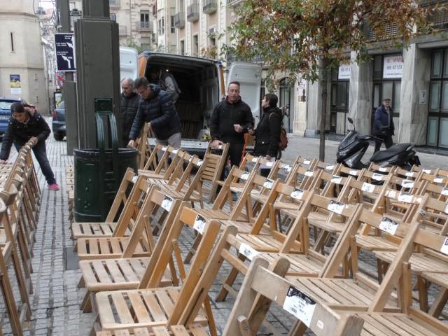 Desenes de cadires de Festes ocupen la plaça d'Espanya en ple desembre!