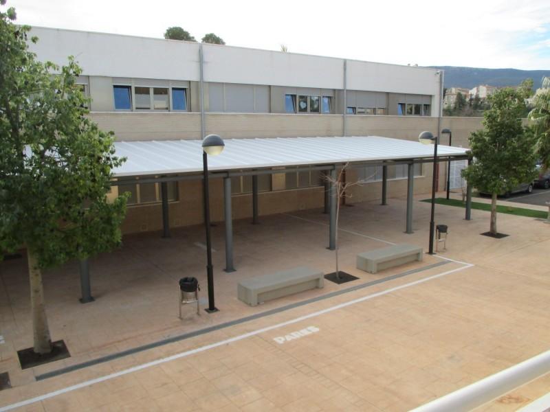 Cobertes instal·lades al pati del col·legi Miguel Hernández amb una inversió del pla Edificant.