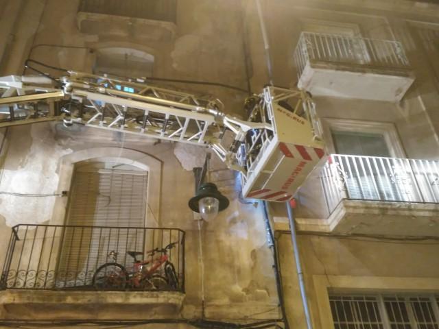 El fort vent genera desperfectes en façanes del Centre d'Alcoi