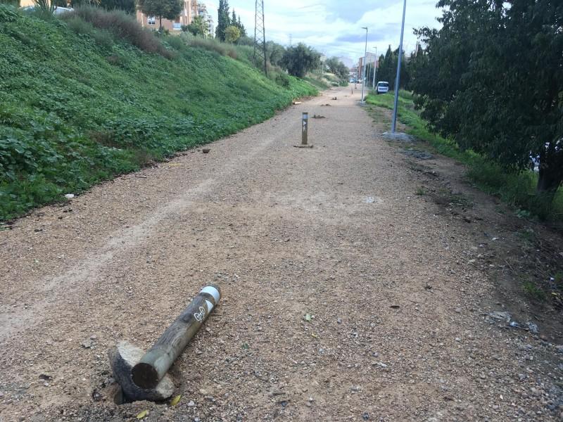 Pilons tombats al llarg del traçat.