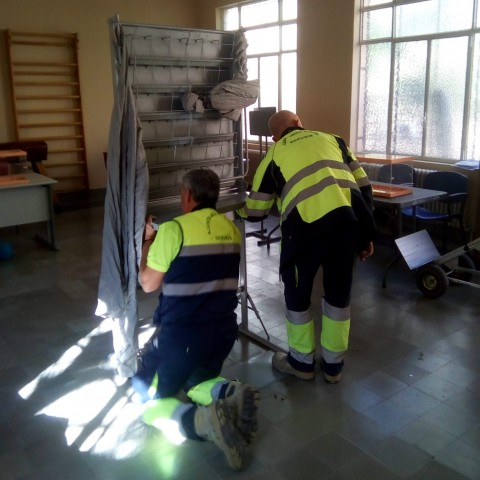 Operaris municipals ultimant els preparatius per a la votació del 10N.