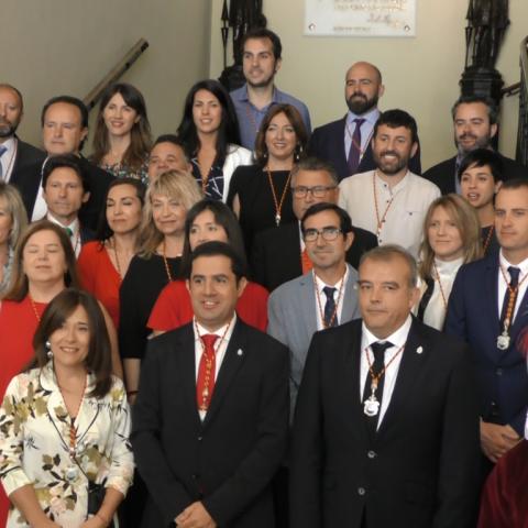 Corporació municipal alcoiana moments després del plenari d'investidura.