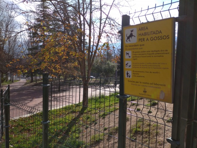 Accés a la zona de jocs per a gossos, a la part alta del parc de El Romeral.