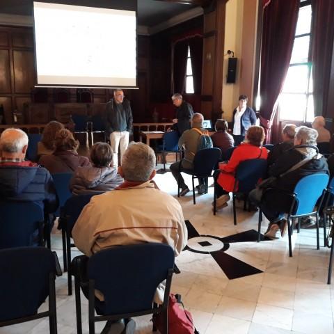 Els assistents a la ruta són rebuts en el Consistori alcoià.