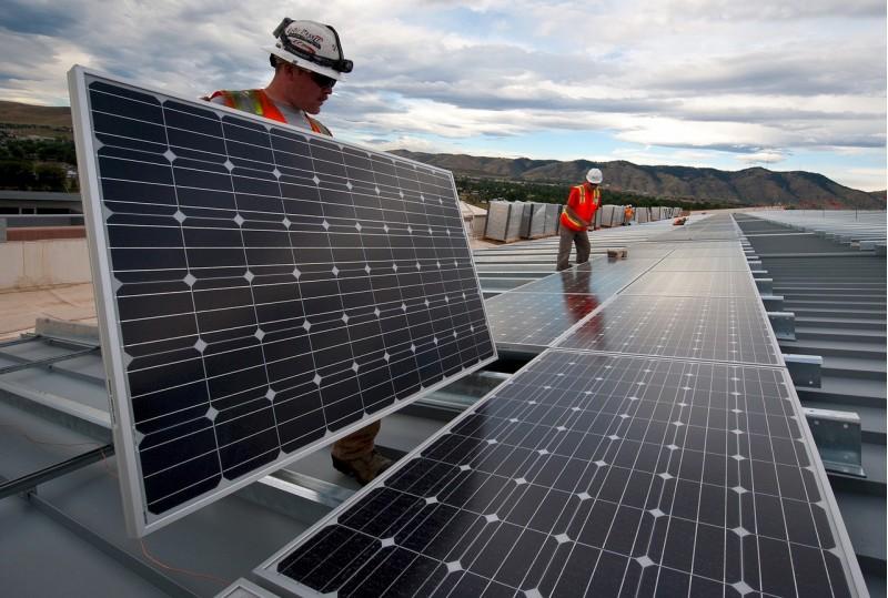 Instal·lació de panells solars.