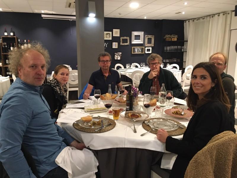Els periodistes gaudint del sopar al Restaurant Savoy.