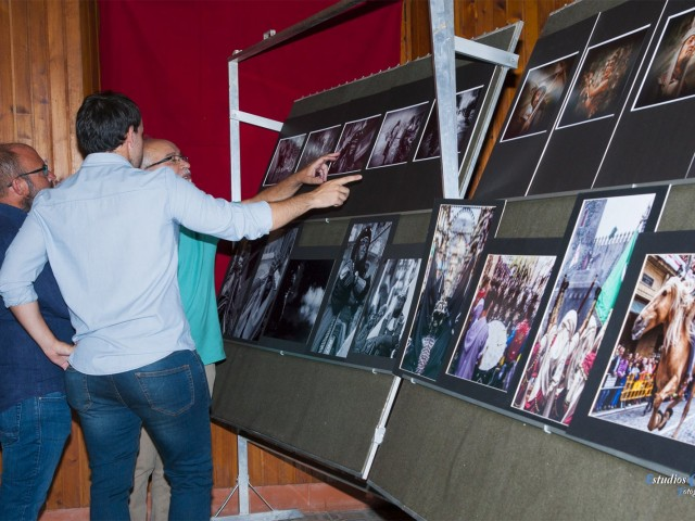 El jurat davant algunes obres / ASJ - Estudios Cyan