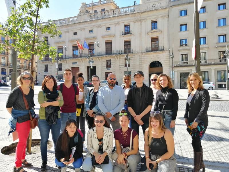 Alumnes delLTPSaintJoseph a la Plaça Espanya / CIP FP Batoi