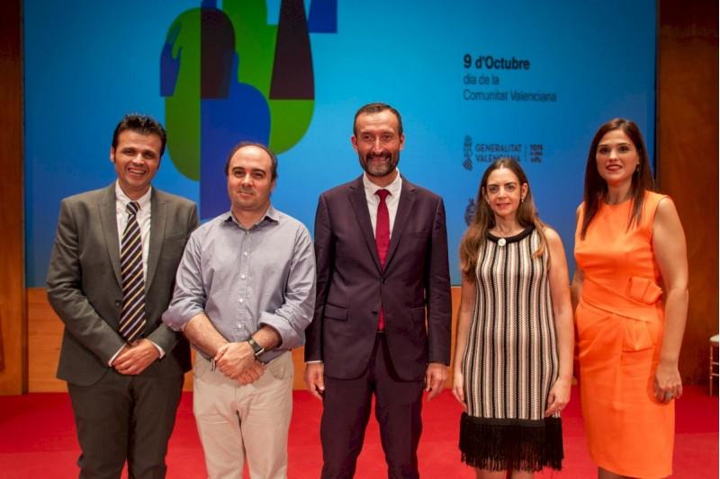 Al centre, Francesc Gisbert i Carlos González, alcalde d'Elx.