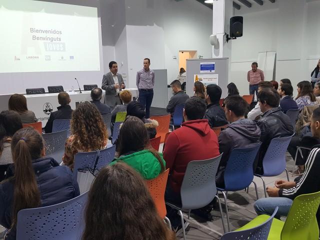 Els participants del programa han sigut rebuts per l'alcalde Toni Francés en la sala Àgora.