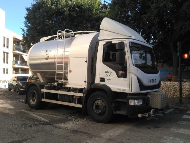 Un dels vehicles utilitzats en el servei de neteja viària d'Alcoi.