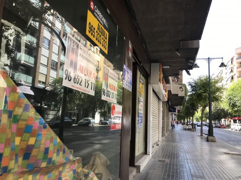 Un dels comerços tancats a l'Alameda Camilo Sesto.