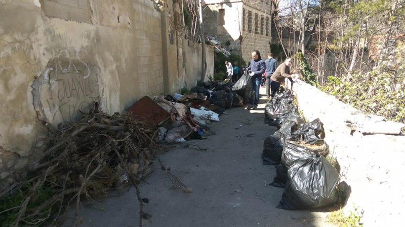 Primera activitat de neteja organitzada per Compromís al carrer Alcassares