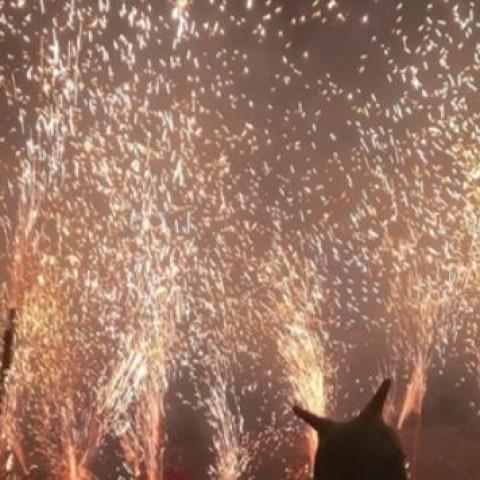 Alcoi s'il·lumina amb un espectacular correfoc abans del 9 d'octubre