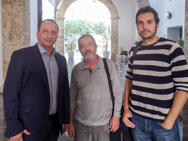 El conseller Dalmau (esquerra) ha rebut al representant dels veïns de Batoi, Paco Paredes (centre); i al líder de Podem Alcoi, Cristian Santiago (dreta).