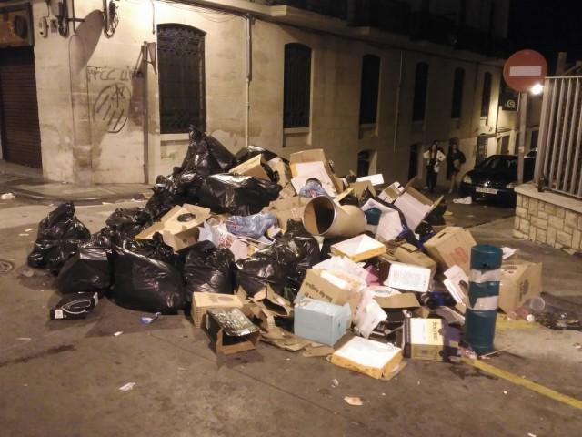 Residus acumulats als carrers d'Alcoi, durant les passades festes de Moros i Cristians / AM