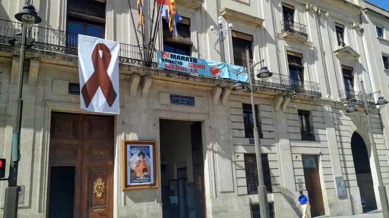 Cartell de la marató de sang a la façana de l'Ajuntament /AM