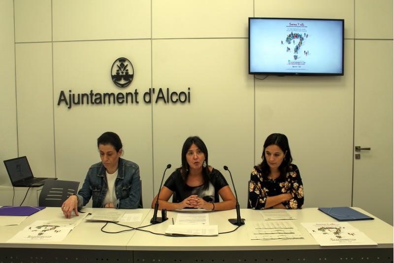 Teresa Sanjuán, regidora de Participació (centre), presenta la sisena convocatòria acompanyada de dos tècniques del departament de Participació.