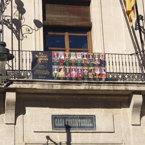 Façana de l'Ajuntament d'Alcoi amb la pancarta.
