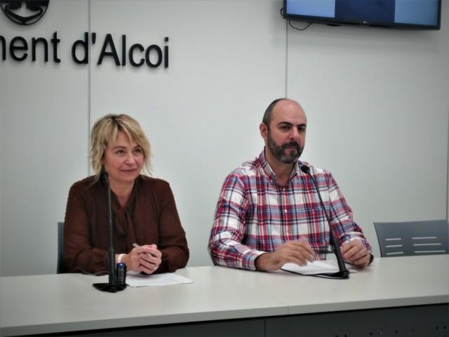 La regidora de Festes (esquerra) i el president de l'AC Samarita (dreta), durant l'anunci dels nominats.