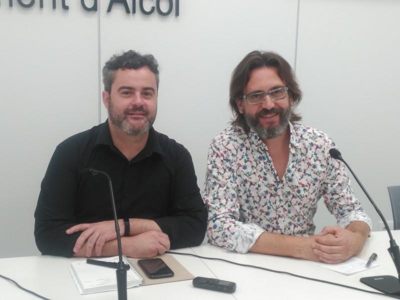 El regidor Raül Llopis (esquerra) i l'artista José Antonio Picazo (dreta).