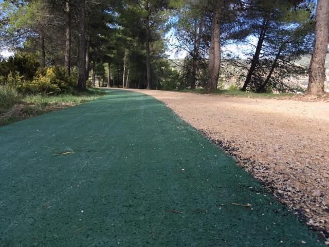 L'asfalt és de color verd.