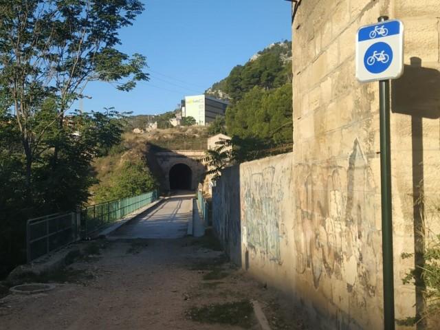 Entrada al tunel, situada entre el poligon Cotes Altes i el pont de Rafael Terol