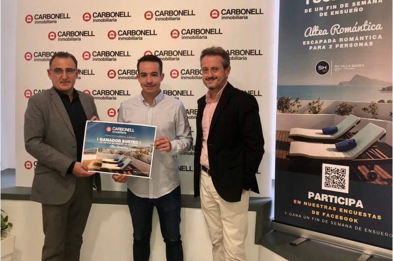 Francisco Albiñana, guanyador del sorteig jun amb el director general i director d'Ontinyent / Grup Inmobilària Carbonell