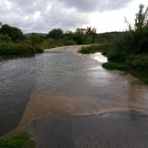 El riu passa per damunt del camí d'Alcosser de Planes a Benimarfull