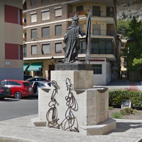 Les dues peces de bronze estaven situades en la part posterior al monument a Sant Hipòlit