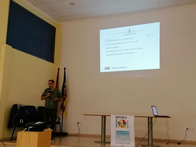 El regidor Kike Pascual presenta les 25 propostes preseleccionades.
