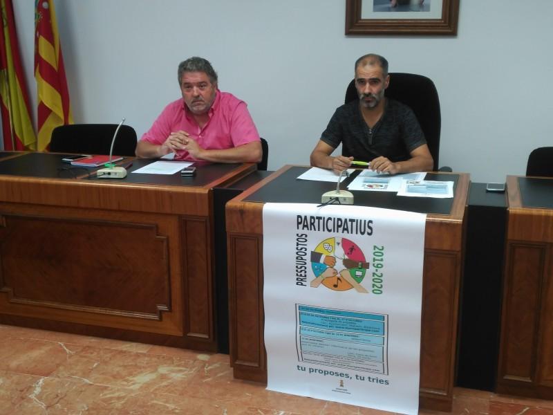L'alcalde Gabriel Tomàs (esquerra), i el regidor Enrique Pascual (dreta) presenten en la Casa Consistorial murera la iniciativa / AM