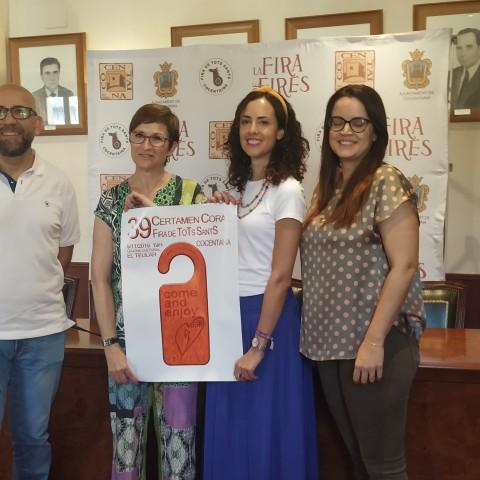 L'alcaldessa Mireia Estepa i la regidora Mariona Carbonell amb Pepa Alba , presidenta del Cor Discantus; i Raúl Belda, autor del cartell i membre de l'organització.