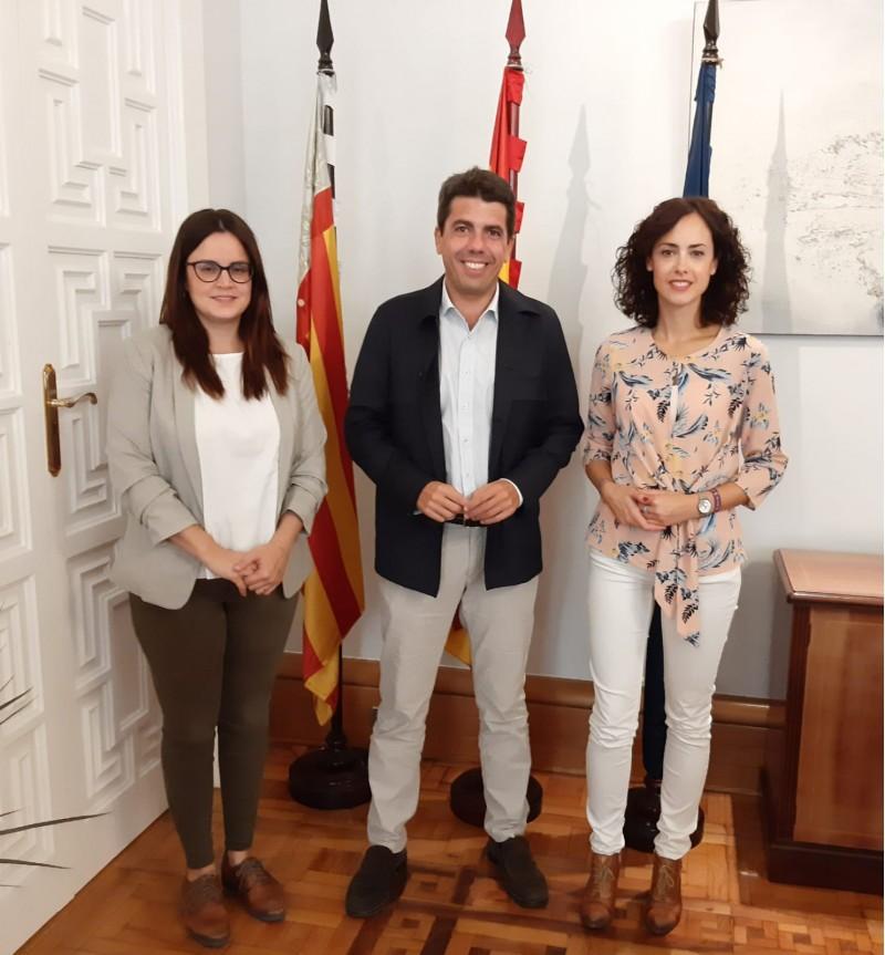 MIreia Estepa i Mariona Carbonell amb el president de la Diputació, Carlos Mazón