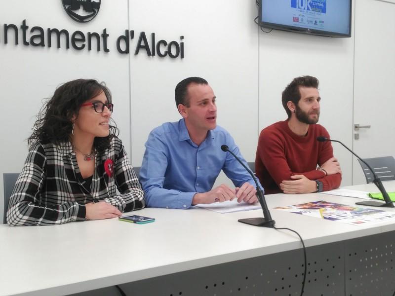 El regidor Alberto Belda presenta la carrera amb dos dels organitzadors.