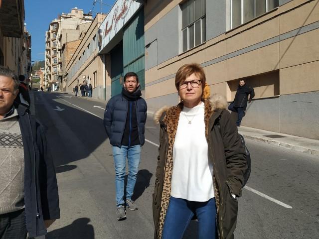 Jordi Espí, José Rafael López i Manuela Pascual, a les portes de Magosa després que els agents hagen dissolt la concentració de treballadors.