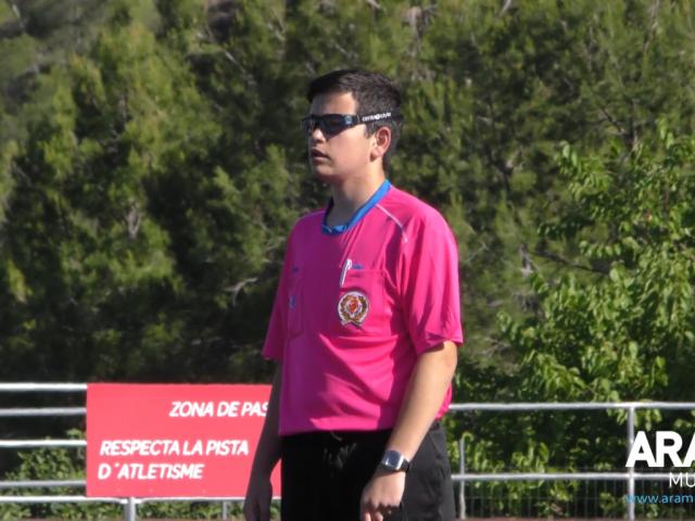 Jorge Aura arbitrant un partit d'aleví als III Premis Internacionals de Futbol Base - Premis Sant Jordi // ARAMULTIMÈDIA