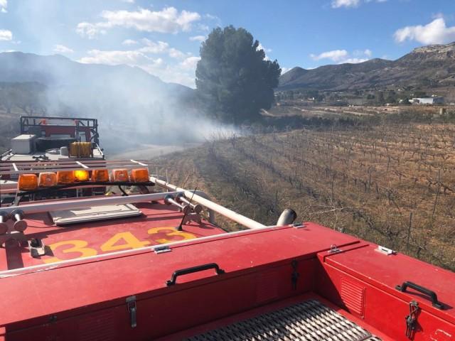 Els Bombers sufoquen un incendi d'una crema incontrolada a Beniarrés