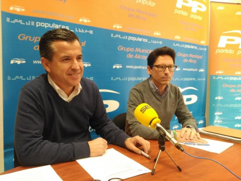 L'actual líder dels populars, Rafa Miró, i l'alcaldable de la formació a l'Ajuntament d'Alcoi, Quique Ruiz.