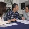 El regidor Belda conversa amb les dues professionals que impartiran el curs de formació.