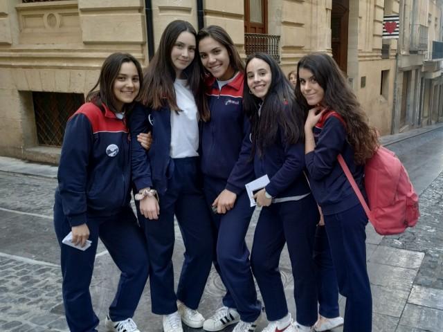 L'Alcoianada ompli els carrers d'Alcoi d'estudiants que volen conéixer més la seua ciutat