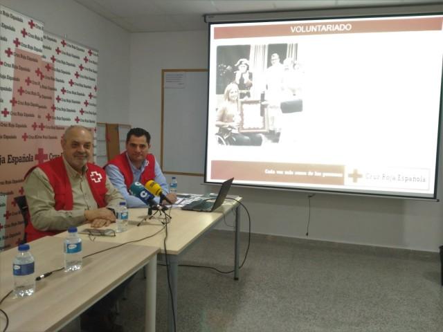El president i el director de Creu Roja Alcoi fan balanç anual de l'activitat de l'entitat.