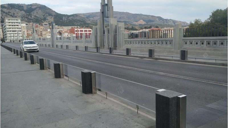 La barana del Pont de Sant Jordi aquest dilluns 4 de març, reparada amb plàstics de manera temporal