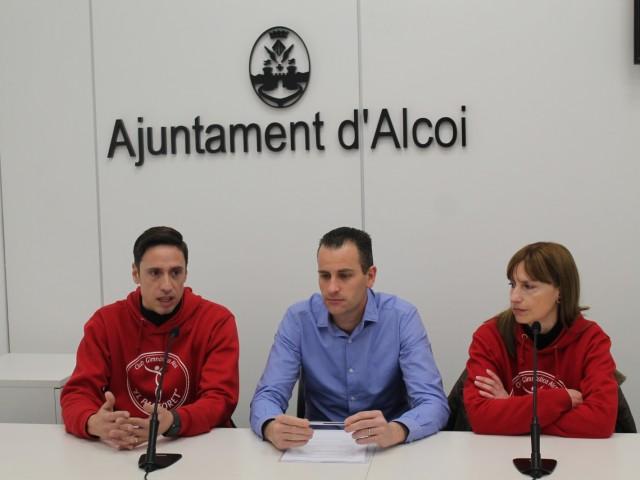 """Alberto Belda (centre), amb dos membres del club de gimàstica artística """"El Pastoret"""", Tavi i Silvia Fuentes."""