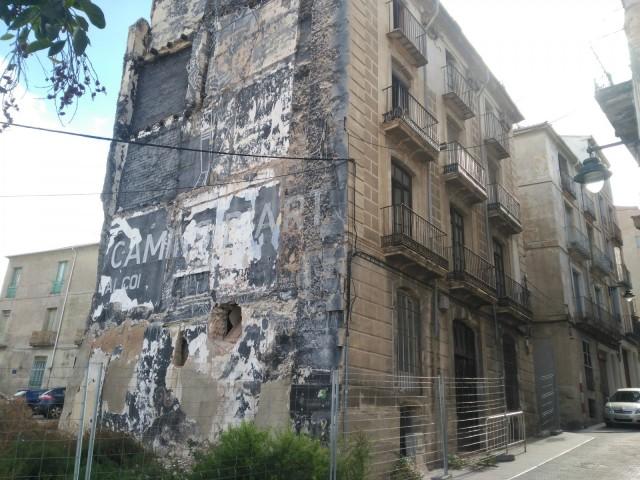 Ciutadans denuncia l'estat ruïnós d'un edifici a l'antic carrer Major
