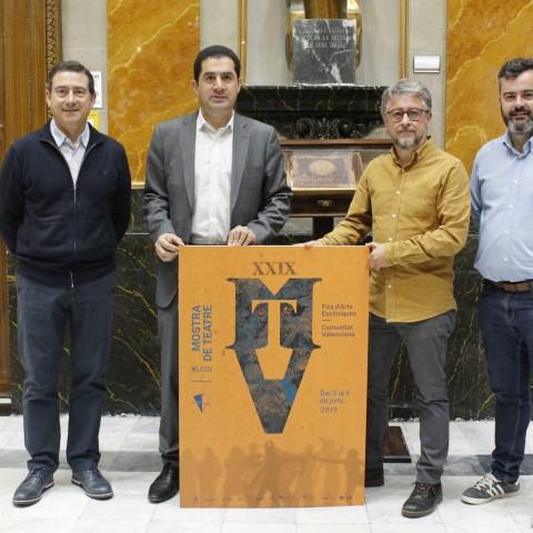 Rafa Calbó (centre dreta) sosté el cartell en companyia de l'alcalde, el regidor de Cultura, i el director de la Mostra.